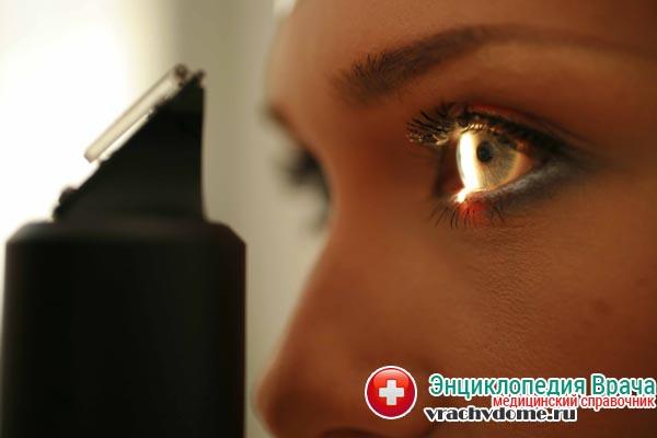 Для обнаружения заднего увеита проводят биомикроскопию глаза