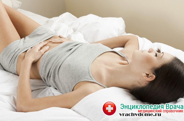 Спастические и распирающие боли в животе являются одним из признаков болезни