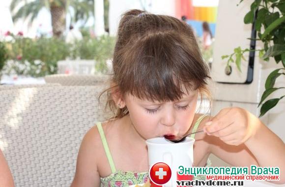 После удаления миндалин необходимо пить как можно больше жидкости, избегая при этом кислых и газированных напитков, раздражающих горло