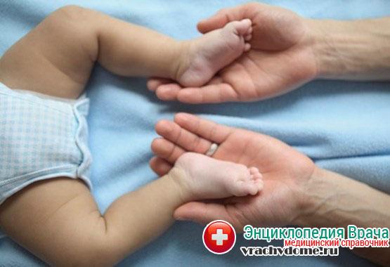 Для устранения недуга у детей до трех месяцев необходимо проводить регулярный массаж