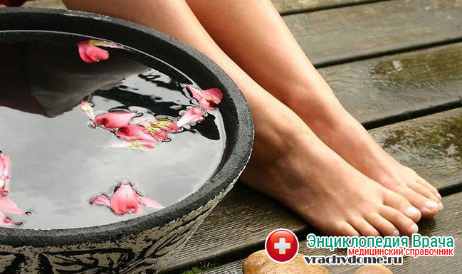 Для уменьшения потоотделения стоп хорошо помогают ванночки с отваром коры дуба