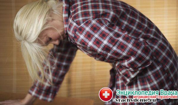 Средняя тяжесть недуга предполагает боль ноющего и тянущего характера в нижней части живота
