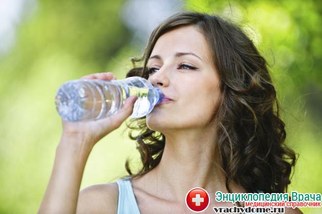 При недостаточном количестве жидкости в организме соединительная ткань усыхает