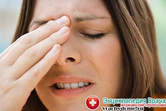 Боли в области лба - один из явных признаков болезни