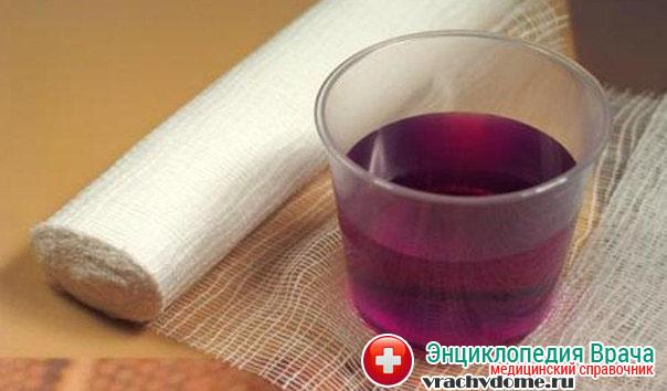 В лечении используется ванночки из слабого раствора марганцовки