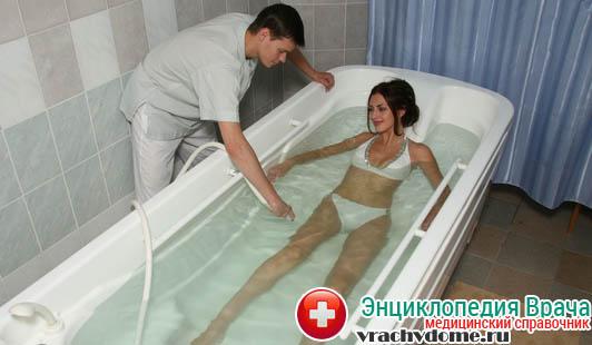При острой уремии (до приезда скорой) больному следует принять ванну с температурой воды около 42-х градусов тепла