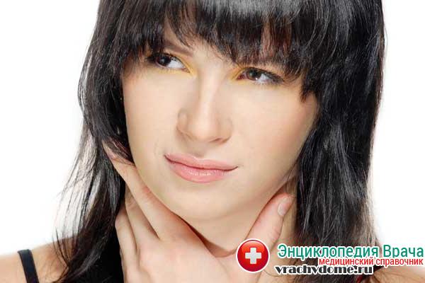 Большинство людей, страдающих хроническим тонзиллитом, жалуются на постоянный дискомфорт в горле и не ярко выраженную боль при глотании