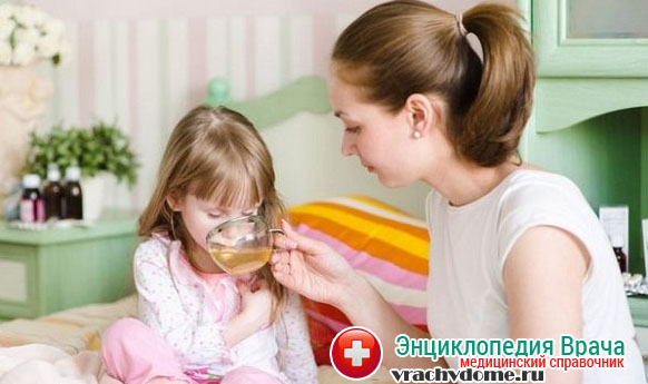 Для восполнения запасов жидкости в организме ребенка необходимо отпаивать теплым питьем