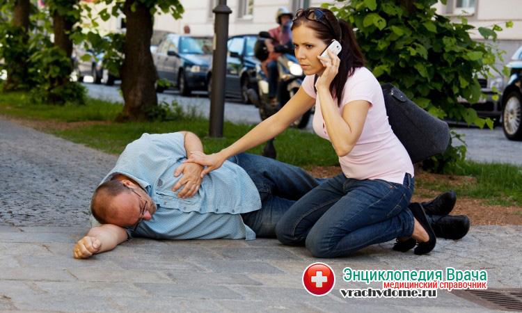 Для того, чтобы сохранить жизнь человеку, следует немедленно обратиться в скорую помощь