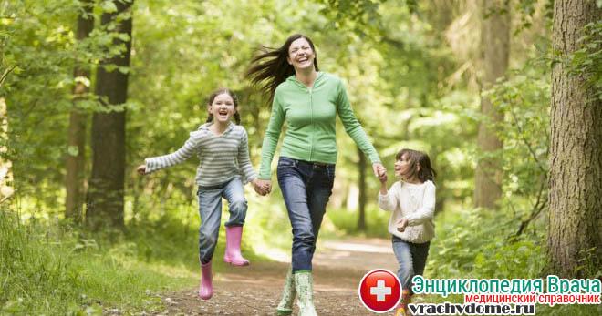 Вне стадии обострения пациентам рекомендуют больше бывать на свежем воздухе, заниматься физкультурой